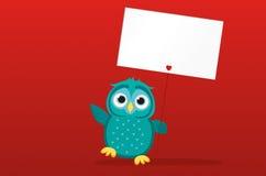 Χαριτωμένο χρωματισμένο owlet που κρατά μια κενή αφίσα Blenk για το κείμενό σας Στοκ Εικόνες
