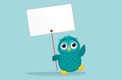 Χαριτωμένο χρωματισμένο owlet που κρατά μια κενή αφίσα Blenk για το κείμενό σας Στοκ Εικόνα