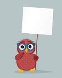 Χαριτωμένο χρωματισμένο owlet στα γυαλιά που κρατούν ένα κενό κενό αφισών Στοκ εικόνα με δικαίωμα ελεύθερης χρήσης