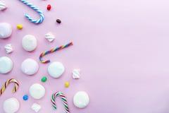 Χαριτωμένο χρόνια πολλά υπόβαθρο κομμάτων: marshmallows στο ρόδινο υπόβαθρο με το κενό διάστημα για το κείμενο, τοπ άποψη, επίπεδ στοκ φωτογραφίες