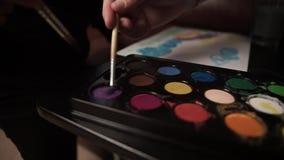 Χαριτωμένο χρώμα μωρών με την γκουας απόθεμα βίντεο