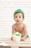 Χαριτωμένο όμορφο κέικ σφουγγαριών εκμετάλλευσης μικρών παιδιών Στοκ εικόνα με δικαίωμα ελεύθερης χρήσης