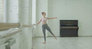 Χαριτωμένο ballerina που ασκεί picce στο στούντιο χορού φιλμ μικρού μήκους