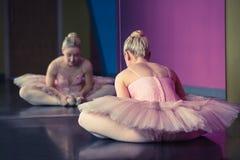 Χαριτωμένο ballerina που θερμαίνει μπροστά από τον καθρέφτη στοκ εικόνες με δικαίωμα ελεύθερης χρήσης