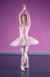 Χαριτωμένο ballerina που στέκεται στην πέμπτη θέση στοκ φωτογραφία με δικαίωμα ελεύθερης χρήσης