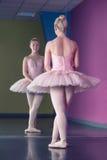 Χαριτωμένο ballerina που στέκεται στην πρώτη θέση μπροστά από τον καθρέφτη στοκ φωτογραφία με δικαίωμα ελεύθερης χρήσης