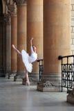 Χαριτωμένο ballerina που χορεύει σε ένα παλάτι Στοκ φωτογραφίες με δικαίωμα ελεύθερης χρήσης