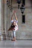Χαριτωμένο ballerina που χορεύει σε ένα παλάτι Στοκ Φωτογραφίες
