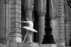 Χαριτωμένο ballerina που χορεύει σε ένα παλάτι Στοκ Εικόνες