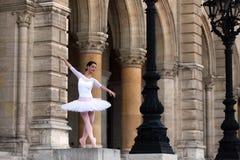 Χαριτωμένο ballerina που χορεύει σε ένα παλάτι Στοκ εικόνα με δικαίωμα ελεύθερης χρήσης