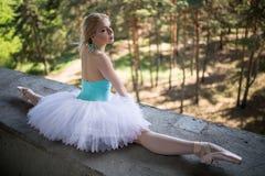 Χαριτωμένο ballerina στην άσπρη συνεδρίαση tutu στοκ εικόνα