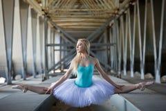 Χαριτωμένο ballerina στο βιομηχανικό υπόβαθρο στοκ εικόνες