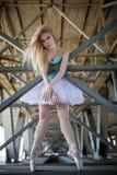 Χαριτωμένο ballerina στο βιομηχανικό υπόβαθρο στοκ εικόνα με δικαίωμα ελεύθερης χρήσης