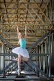 Χαριτωμένο ballerina στο βιομηχανικό υπόβαθρο Στοκ φωτογραφία με δικαίωμα ελεύθερης χρήσης