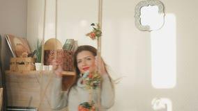 Χαριτωμένο brunette με τις κόκκινες χειλικές ταλαντεύσεις στην ταλάντευση στο στούντιο απόθεμα βίντεο