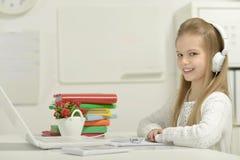 χαριτωμένο lap-top κοριτσιών λίγ& Στοκ εικόνα με δικαίωμα ελεύθερης χρήσης