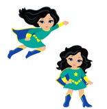 Χαριτωμένο superhero κοριτσιών κατά την πτήση και στη μόνιμη θέση Στοκ φωτογραφία με δικαίωμα ελεύθερης χρήσης