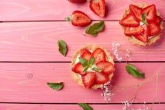 Χαριτωμένο tarttlet ή καλάθι με την κρέμα και τη φράουλα Τοπ όψη στοκ εικόνες με δικαίωμα ελεύθερης χρήσης