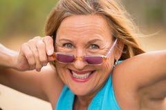 Χαρούμενα βέβαια ανώτερα γυαλιά ηλίου γυναικών υπαίθρια Στοκ εικόνα με δικαίωμα ελεύθερης χρήσης