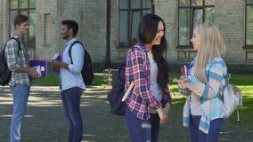 Χαρούμενα θηλυκά που συζητούν τις μελλοντικές καλοκαιρινές διακοπές κοντά στο πανεπιστήμιο, σπουδαστές απόθεμα βίντεο