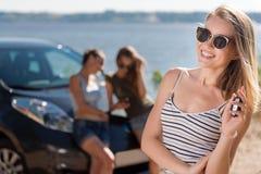 Χαρούμενα κλειδιά εκμετάλλευσης γυναικών από το αυτοκίνητο στοκ φωτογραφία