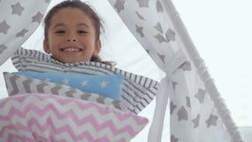 Χαρούμενα μαξιλάρια εκμετάλλευσης μικρών κοριτσιών απόθεμα βίντεο