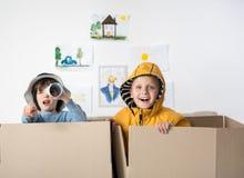 Χαρούμενα νέα αγόρια που παίζουν στο σπίτι Στοκ Εικόνα