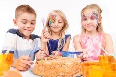 Χαρούμενα παιδιά που τρώνε το κέικ γενεθλίων Στοκ φωτογραφία με δικαίωμα ελεύθερης χρήσης
