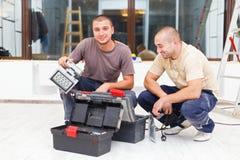 Χαρούμενα πρακτικά άτομα και τα κιβώτια εργαλείων τους Στοκ φωτογραφία με δικαίωμα ελεύθερης χρήσης