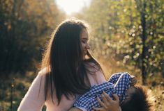 Χαρούμενα χέρια εκμετάλλευσης μητέρων και περιστροφή του γιου της στο δασικό ευτυχές αγόρι που έχει τη διασκέδαση με τη μητέρα το στοκ φωτογραφία με δικαίωμα ελεύθερης χρήσης