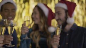 Χαρούμενα Χριστούγεννα! Ευθυμίες! κινηματογράφηση σε πρώτο πλάνο γυαλιών σαμπάνιας 4K απόθεμα βίντεο