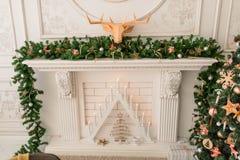 Χαρούμενα Χριστούγεννα και καλές διακοπές! Ένα καθιστικό που διακοσμείται όμορφο για τα Χριστούγεννα Στοκ Φωτογραφία