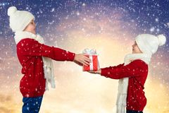 Χαρούμενα Χριστούγεννα και καλές διακοπές! Ο μεγάλος αδερφός δίνει στο μικρότερο αδερφό ένα δώρο στοκ φωτογραφίες