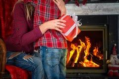 Χαρούμενα Χριστούγεννα και καλές διακοπές! Ο χαριτωμένος γιος δίνει στην αγαπημένη μητέρα του ένα δώρο Νέο εσωτερικό έτους ` s στ στοκ εικόνες