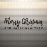 Χαρούμενα Χριστούγεννα και κείμενο καλής χρονιάς με το φως Χριστουγέννων στο άσπρο υπόβαθρο τούβλου απεικόνιση αποθεμάτων