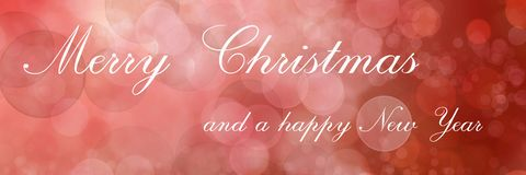 Χαρούμενα Χριστούγεννα και μια καλή χρονιά, που γράφει στο κόκκινο θολωμένο υπόβαθρο στοκ φωτογραφίες με δικαίωμα ελεύθερης χρήσης