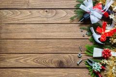 Χαρούμενα Χριστούγεννα και πρακτικά εργαλεία κατασκευής καλής χρονιάς πίσω στοκ εικόνα