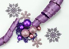Χαρούμενα Χριστούγεννα και σύνθεση και διακοσμήσεις καλής χρονιάς στοκ φωτογραφία με δικαίωμα ελεύθερης χρήσης