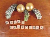 Χαρούμενα Χριστούγεννα που γράφεται στο ξύλο με τη διακόσμηση Στοκ Εικόνες