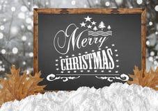 Χαρούμενα Χριστούγεννα στον πίνακα με τα δασικά φύλλα και το χιόνι Στοκ φωτογραφία με δικαίωμα ελεύθερης χρήσης