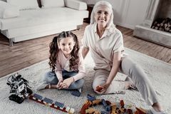 Χαρούμενες ενθουσιώδεις γιαγιά και εγγονή που μοιράζονται τον ελεύθερο χρόνο τους στοκ φωτογραφία με δικαίωμα ελεύθερης χρήσης