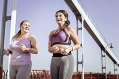 Χαρούμενες ευτυχείς νέες γυναίκες που επιλύουν από κοινού στοκ φωτογραφίες