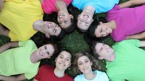 χαρούμενες νεολαίες ανθρώπων απόθεμα βίντεο