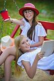 Χαρούμενες φίλες που έχουν τη διασκέδαση στην ταλάντευση υπαίθρια σκοτεινό πορτρέτο δύο πελεκάνων φιλίας έννοιας ανασκόπησης υγρό στοκ φωτογραφία με δικαίωμα ελεύθερης χρήσης