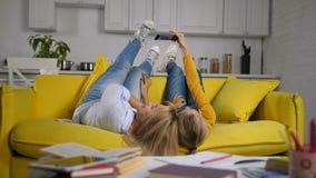Χαρούμενες mom και κόρη που παίρνουν selfie στον καναπέ φιλμ μικρού μήκους