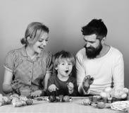 Χαρούμενη έννοια οικογενειών και εορτασμού Άνδρας με τη γενειάδα, γυναίκα και γιος ευτυχείς από κοινού Η οικογένεια προετοιμάζει  Στοκ φωτογραφίες με δικαίωμα ελεύθερης χρήσης