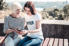 Χαρούμενη ανώτερη γυναίκα που κρατά ένα smartphone Στοκ εικόνες με δικαίωμα ελεύθερης χρήσης