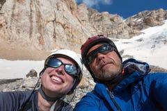 Χαρούμενη αλπική αυτοπροσωπογραφία ορειβατών Στοκ Εικόνα