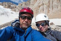 Χαρούμενη αλπική αυτοπροσωπογραφία ορειβατών Στοκ εικόνες με δικαίωμα ελεύθερης χρήσης
