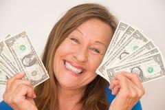Χαρούμενη γυναίκα με το αμερικανικό δολάριο στοκ φωτογραφίες με δικαίωμα ελεύθερης χρήσης